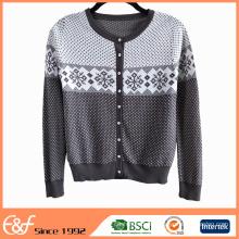 La moda viste el suéter de la rebeca de las señoras viejas de las lanas para la primavera