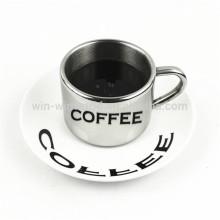 Anamorphe Kaffeetassen und Becher des süßen Heilig-Valentinsgrußes