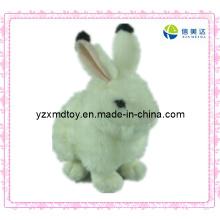 Белая пушистая игрушка кролика плюша