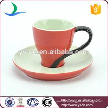Bastante taza de café rojo y platillo al por mayor