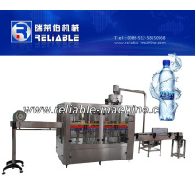 Automatische Plastikflaschen-reine Wasser-Füllmaschine 4000bph in der Verpackmaschine