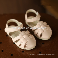 Прекрасные сандалии для детей сплетают сандалии девочек