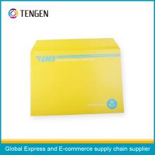 Envelope de papelão com impressão de cores misturadas