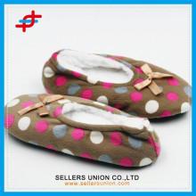 New vivid kids custom plush slipper, OEM dots designed indoor plush slippers