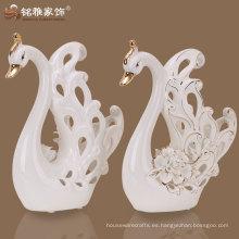 ahueca hacia fuera el ornamento del cisne con el material de la porcelana para la decoración de la boda