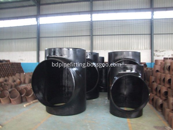 Alloy pipe fitting (104)
