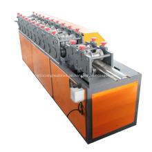 Stahlrolltor, das Maschine bildet