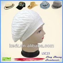 El diseño hermoso de LSC23 Ningbo Lingshang acepta la insignia de encargo Forme el invierno llano blanco crocheted el sombrero