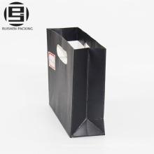 El parche negro maneja la bolsa de papel para la tienda minorista