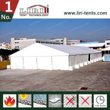 Weißes Dach deckt großes Zelt für heiße Verkäufe ab