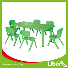 Τα παιδιά μικρό παιδί παιδιά τραπέζι και καρέκλες