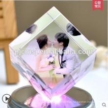 Cubo de cristal do laser da forma 3d com a foto gravada para o favor do casamento