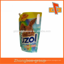 Bolso plástico del canalón de la forma de encargo con el soporte para arriba mecanografía para el empaquetado líquido fabricación de China