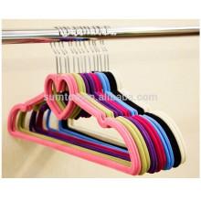 бархат стекались индивидуальные цветные вешалки для одежды