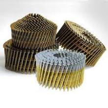 Enrolado de paletes revestidos em unhas de metal