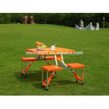 table de pique-nique et chaises pliantes en plastique