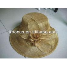 Chapeau formel sinamay avec une fleur de plumes
