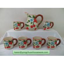 Pichet en céramique coloré à la main avec des tasses