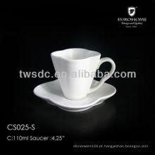 Xícaras de chá de porcelana branca grossa e Pires de chá