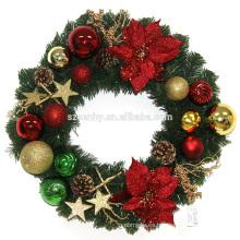 Guirnalda plástica de la Navidad con las decoraciones
