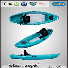Simple assis sur le haut en haut du kayak transparent (VUE-2)