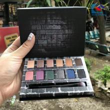 Palette de fard à paupières cosmétique en carton noir avec brosse à paupières