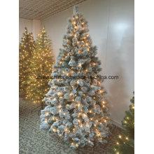 Arbre de Noël enneigé avec des lumières et des maïs de pin (cible)