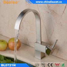 China Sofortiger Heißwasser-Hahn-flexibler Wäscheküchen-Becken-Hahn