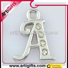 pendentif lettre initiale en métal