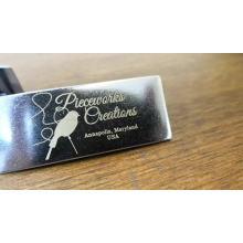 Placa de etiqueta de logotipo personalizado de metal de impresión láser con calidad y profesional para bolso billetera, bolso, portátil y cuero Pertenencia