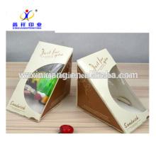 La categoría alimenticia de China saca la pirámide formada con las cajas de papel claras del bocadillo de la ventana en tazas de papel