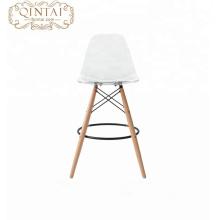 Alibaba China fornecedores novo produto escandinavo olhar assento de plástico estilo Nórdico e pernas de madeira cadeira cadeira de bar cadeira de jantar de plástico