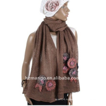Дизайн сетки вязаный шарф с вязаной цветочной отделкой