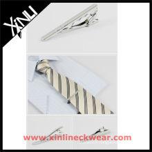 Cravate en soie et pince à cravate