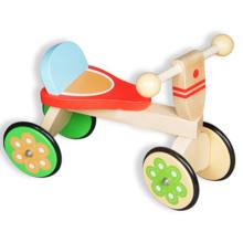 Супер милый деревянный ребенок, идущий на велосипеде