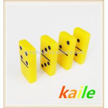 Двойной шесть желтых домино в деревянной коробке