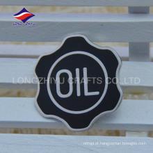 Novo crachá de esmalte duro de cor preta elegante com logotipo
