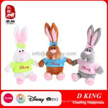 Presentes dos brinquedos enchidos do coelhinho da Páscoa