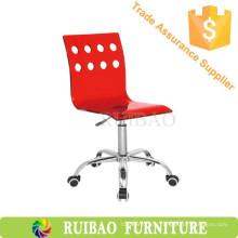 Красный акриловый стул с колесами