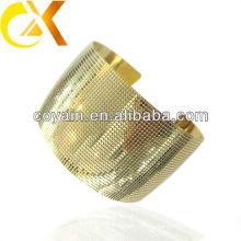 Brazalete de acero inoxidable grabado con chapado en oro