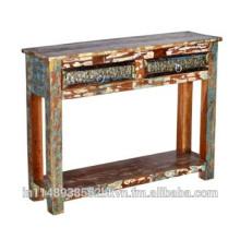 Mesa de madeira robusta com duas gavetas