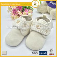 Venda al por mayor 2015 la venta caliente 0-24 meses de los zapatos de bebé suaves del tacto de la tela recién nacida