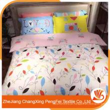 O tecido de folha de cama puro e fresco projeta com as folhas