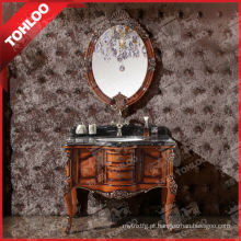 Design antigo de armário de banheiro de madeira