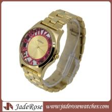 Numéro de couleur rose sur la montre-bracelet de mode de cas