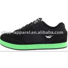 schwarze Wildleder Skate Schuhe mit grüner Sohle