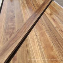 Plancher de bois de gomme tacheté solide naturel