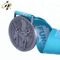 Fabricante de metal barato estampado en relieve logo divertido ejecutando medallas