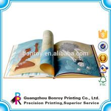 Niños de escuela de impresión personalizada leyendo libros