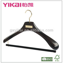 Percha de madera negra para prendas de marca